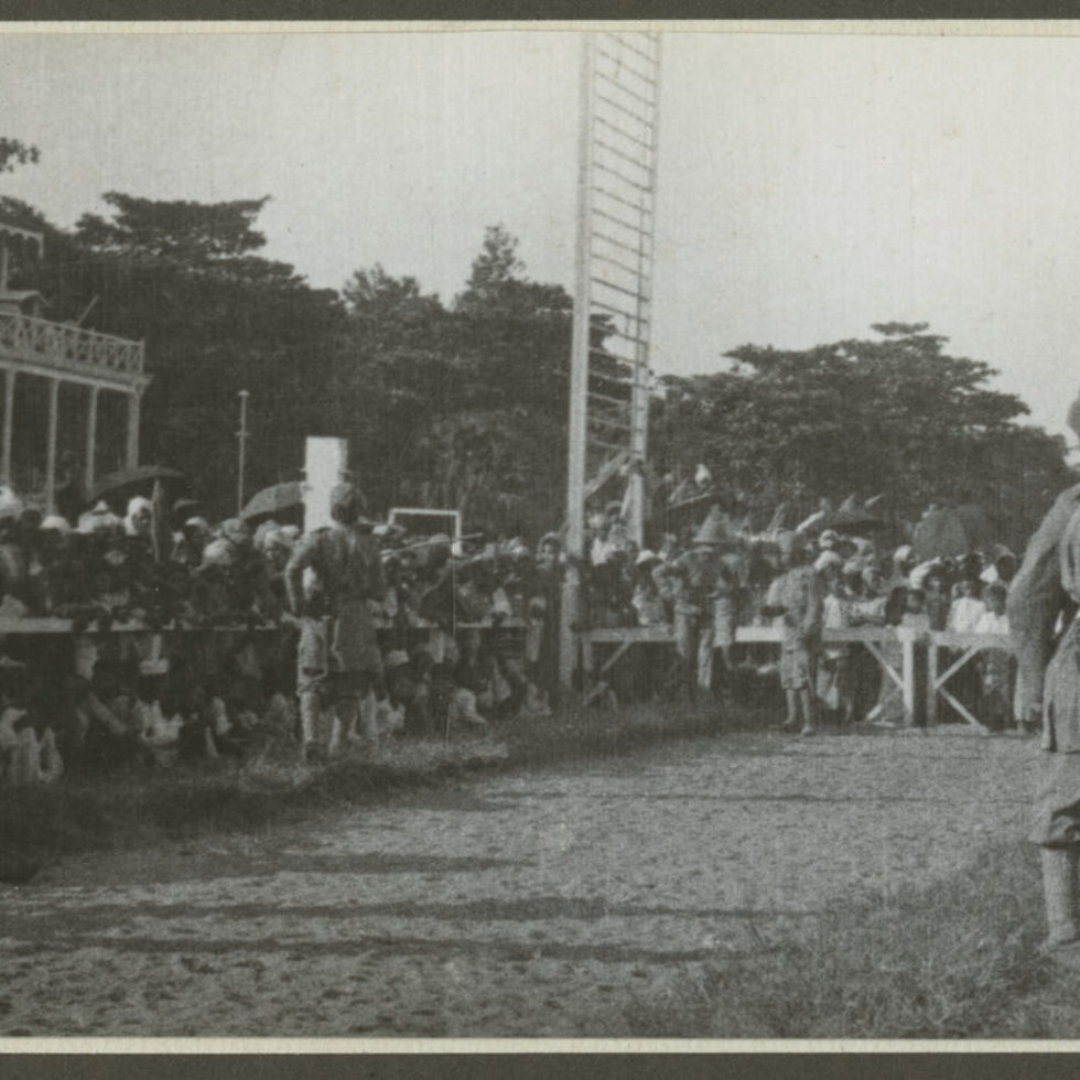 Image: Many excited spectators behind fences and Police officers waiting for the Vickers Vimy to arrive